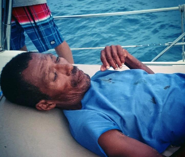 Tripulación de velero rescata a pescador