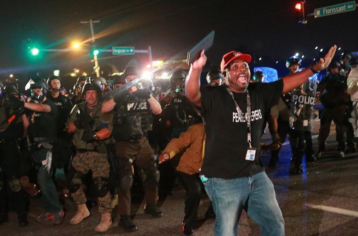 Dos heridos de bala y 31 detenidos en nueva protesta en Ferguson