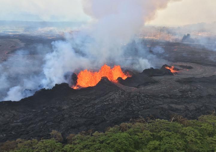 La lava burbujea en la Isla Grande de Hawai