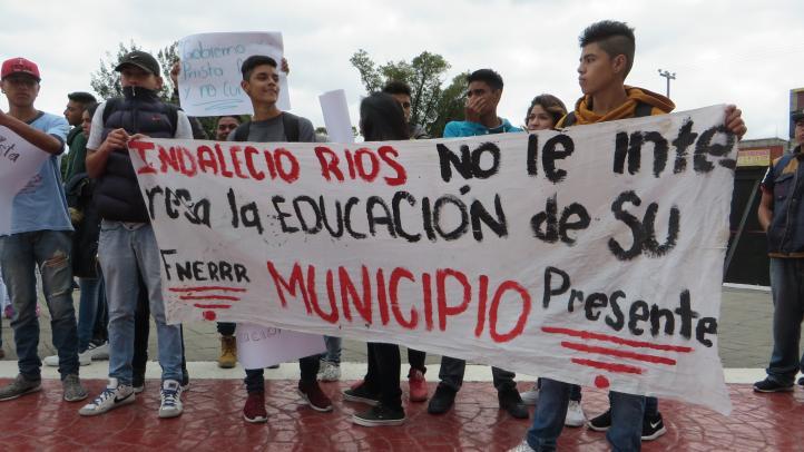 Alumnos exigen equipamiento para su escuela
