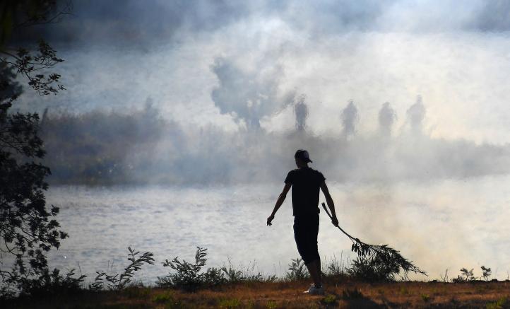 Evacuan a miles de personas por incendios forestales en Francia