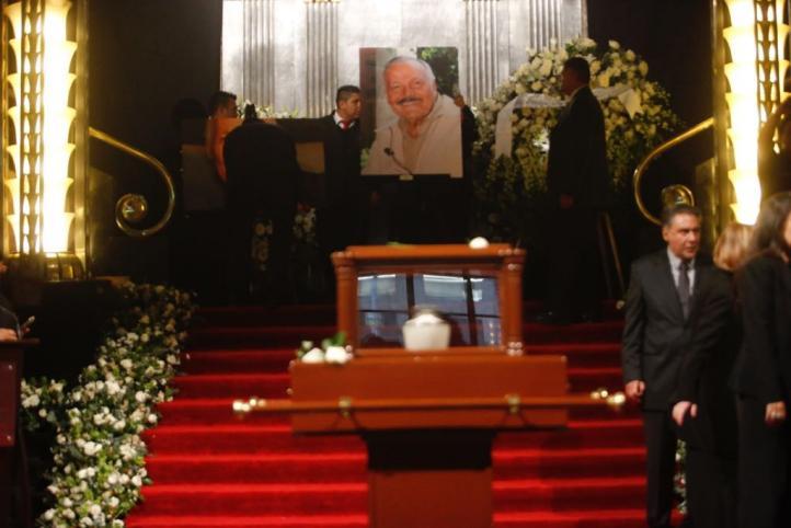 Cortejo fúnebre de José Luis Cuevas llega a Bellas Artes