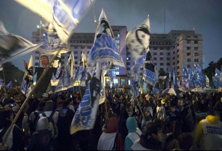 Cientos de personas manifiestan su apoyo a Cristina Fernández