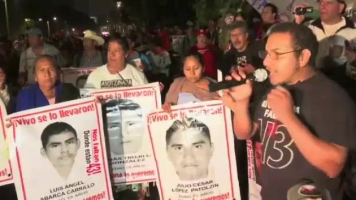 Padres de los normalistas instalan plantón en inmediaciones de Los Pinos