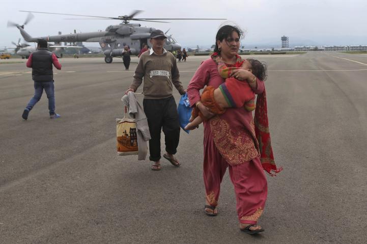 Miles varados por inundaciones en India y Pakistán