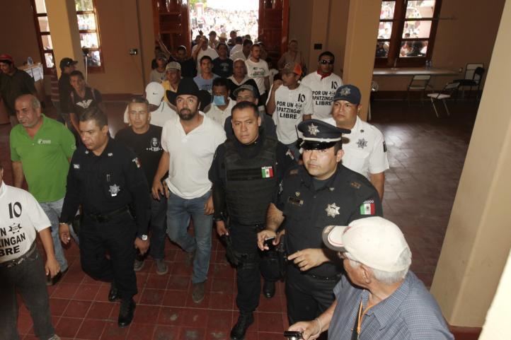 La 'toma' de la  alcaldía de Apatzingán; acusan a edil de 'templario'