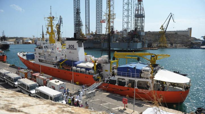 Tras su espera en el Mediterráneo, el 'Aquarius' atraca en Malta