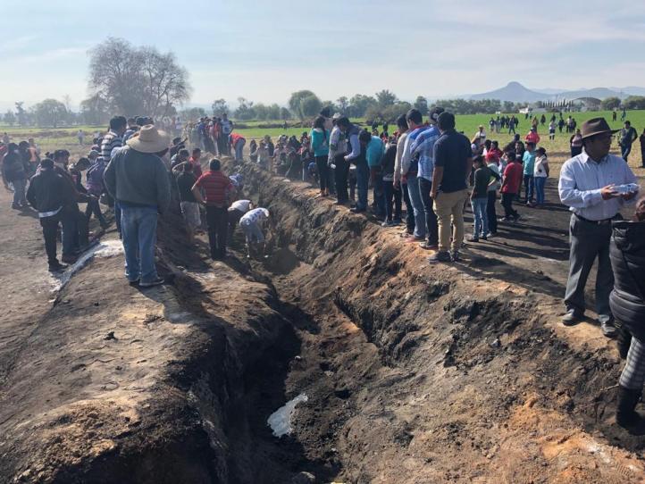 Habitantes de Tlahuelilpan hacen su propia búsqueda de restos