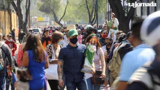 Una multitud acude a la iglesia de San Hipólito, pese a pandemia