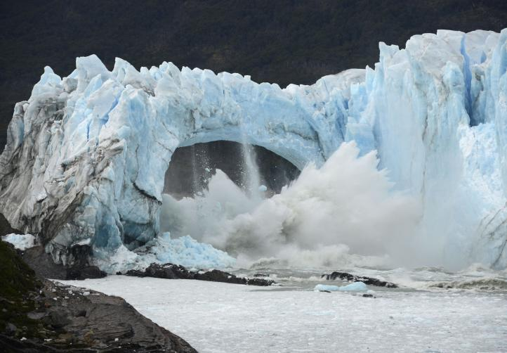Glaciar argentino se rompe ante miles de testigos