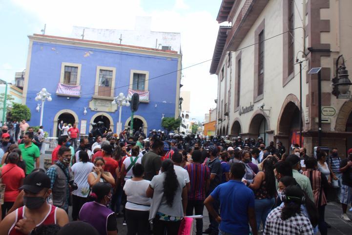 Retiro de ambulantes en Cuernavaca deja dos lesionados