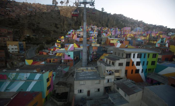 Barrio boliviano se viste de colores con mural artístico