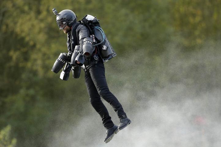 Inventor de traje con mecanismo de vuelo establece récord Guinness