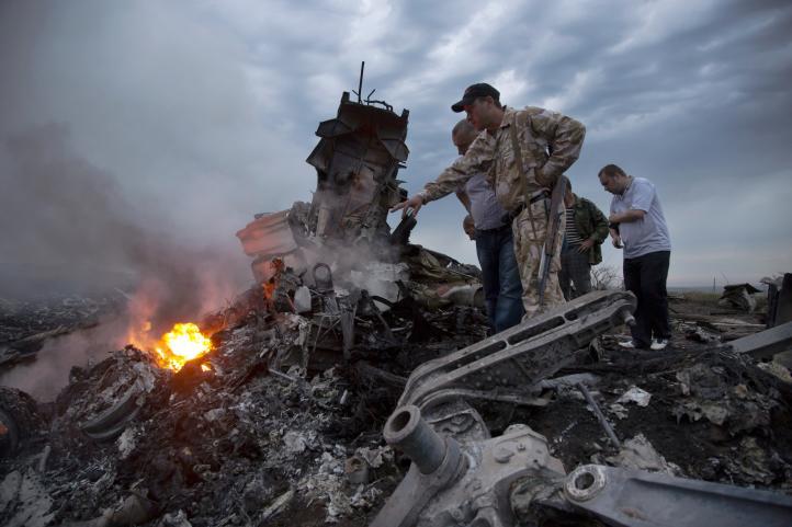 Misil derriba avión que sobrevolaba Ucrania; hay 295 muertos