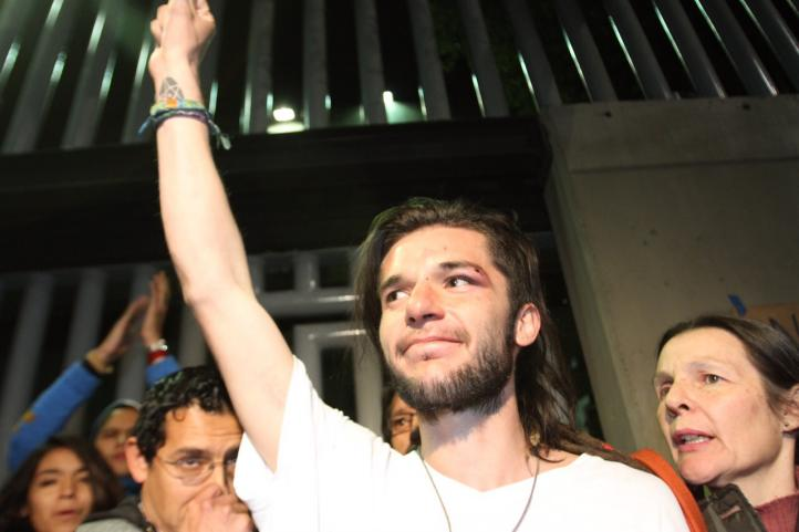 Cientos recibieron a Sandino Bucio, tras ser liberado