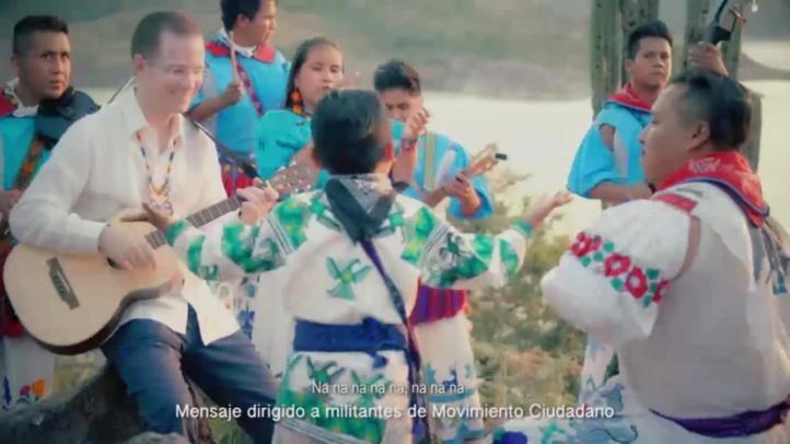 Yuawi graba video al lado de Ricardo Anaya