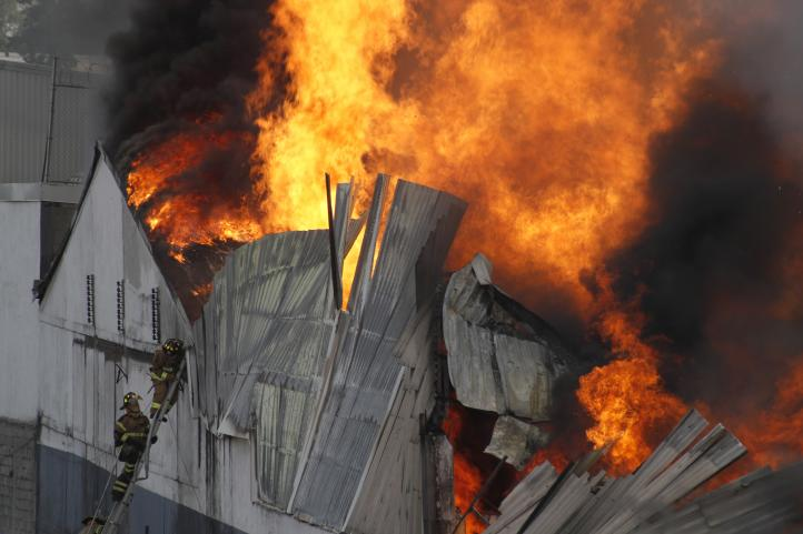 Sofocan incendio en Iztacalco; mil 500 personas fueron desalojadas