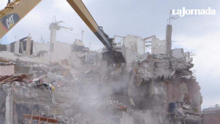 En medio de una demolición, una niña recupera su mesa
