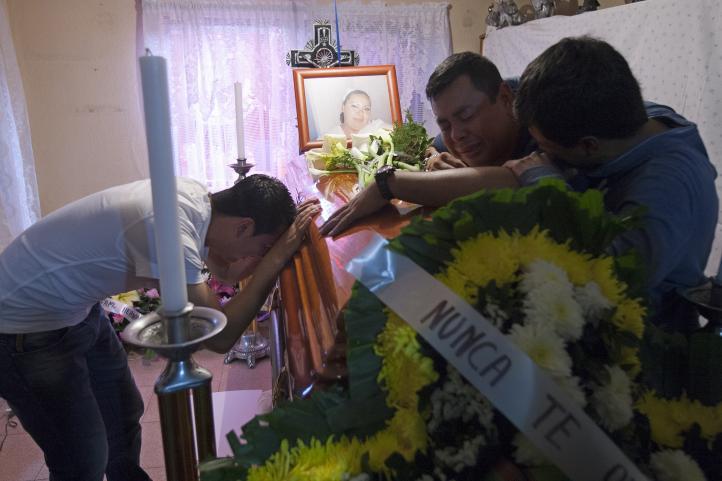 Como heroína reciben a Mónica Orta para darle el último adiós