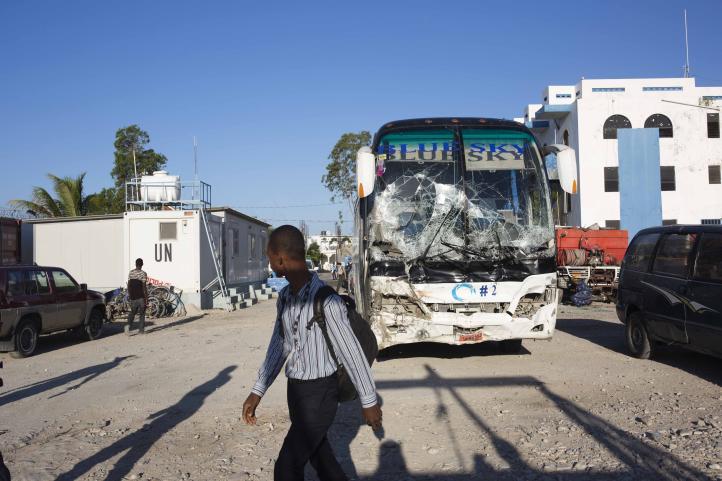 Autobús embiste a decenas de personas que participan en fiesta callejera