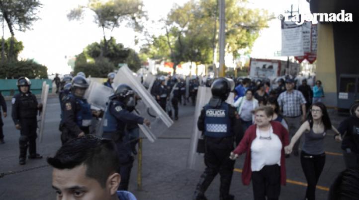 La policía va contra mujeres y niños, durante protesta contra gasolinazo en Azcapotzalco