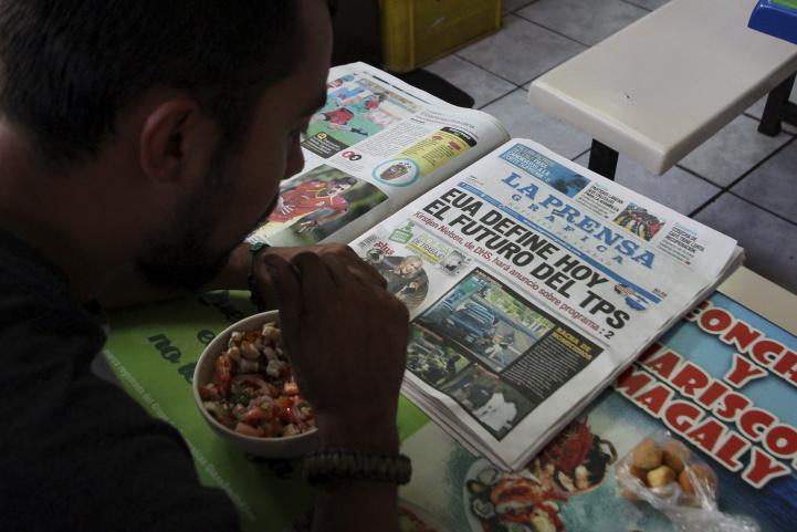 Reacciones a la decisión de retirar protecciones a inmigrantes salvadoreños en EU.