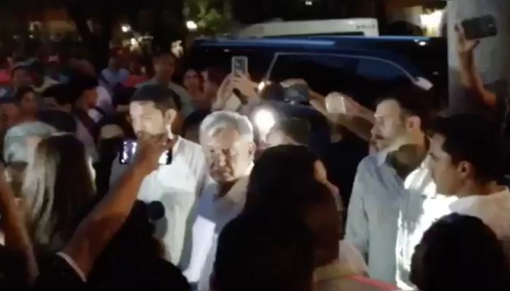 """""""No merezco este trato"""", responde AMLO a manifestantes en su hotel"""