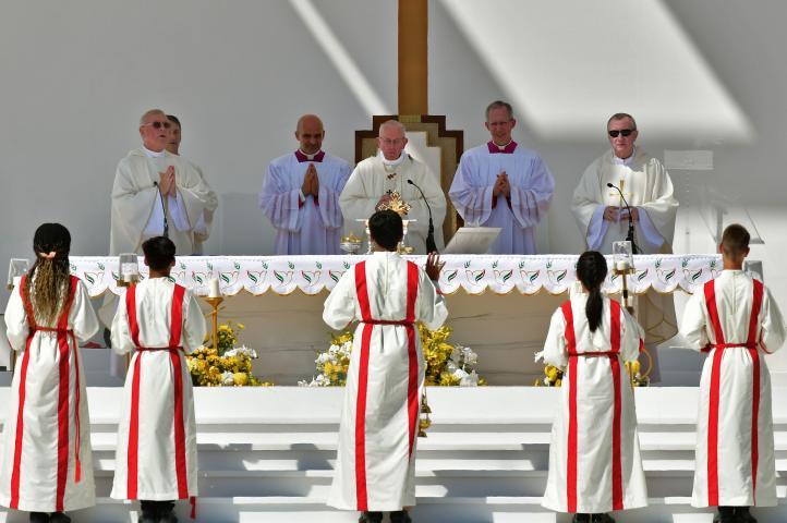 El papa oficia una histórica misa en la Península Arábiga