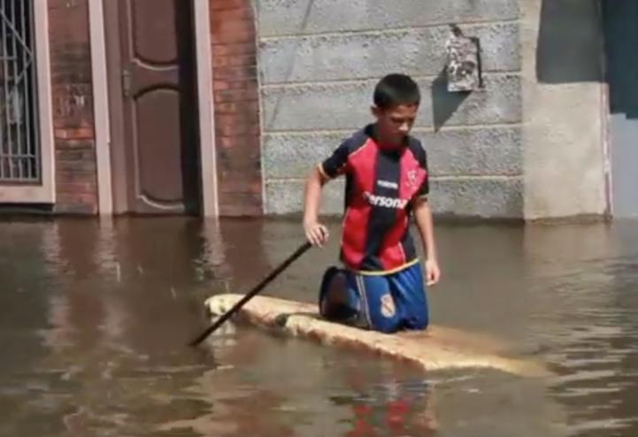 Miles de afectados por desborde de río en Asunción, Paraguay