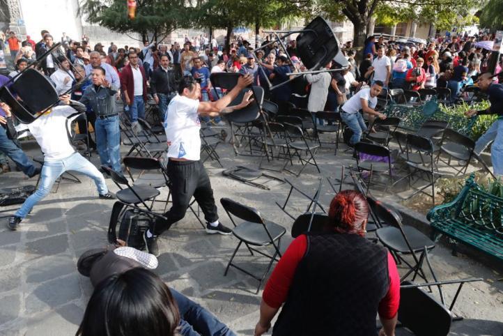 Delegado de Coyoacán bloquea acto de AMLO; se arma la gresca