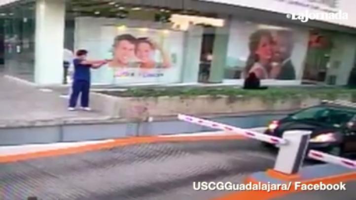 Momento en que disparan contra oficial del Consulado de EU en Guadalajara