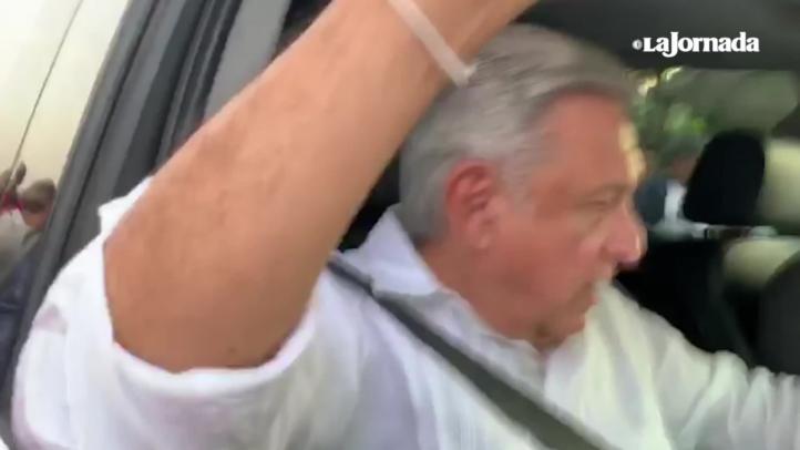 Camioneta de caravana de AMLO sufre raspón