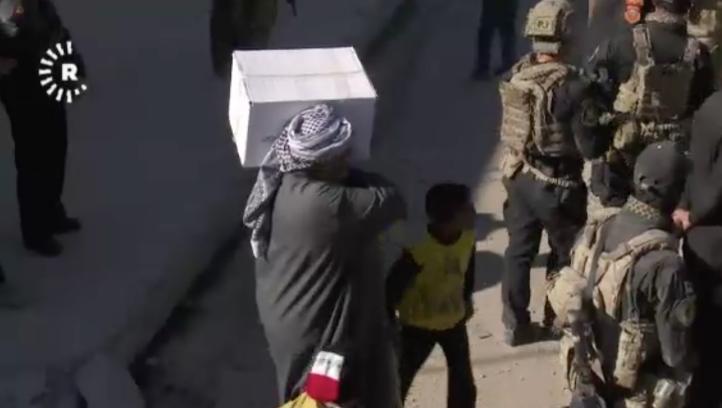 Distribuyen comida en Mosul