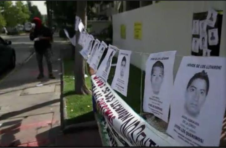 Protestan en Chile por normalistas desaparecidos de Ayotzinapa