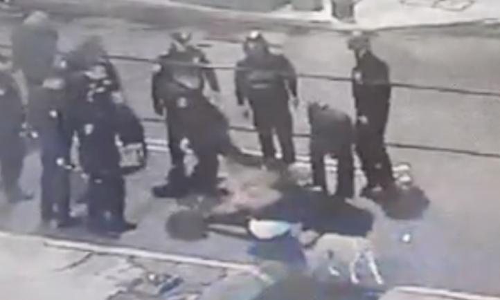 Momento de las agresiones al fotoperiodista Alejandro Mendoza, policías lo patean en el piso