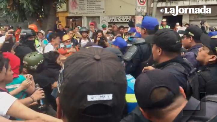Rescatistas se enfrentan a policías, tras anuncio de que termina búsqueda de personas en fábrica