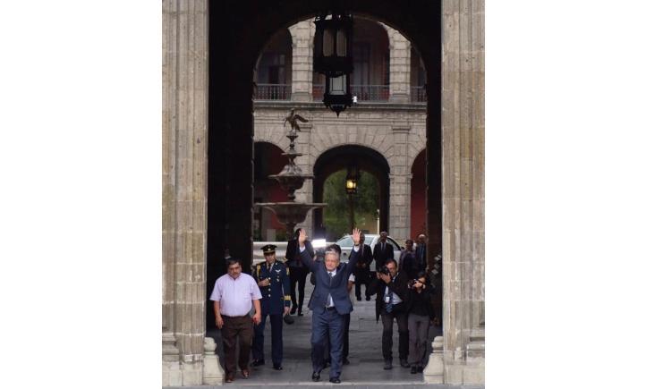 Llega AMLO a Palacio Nacional para reunirse con Peña Nieto