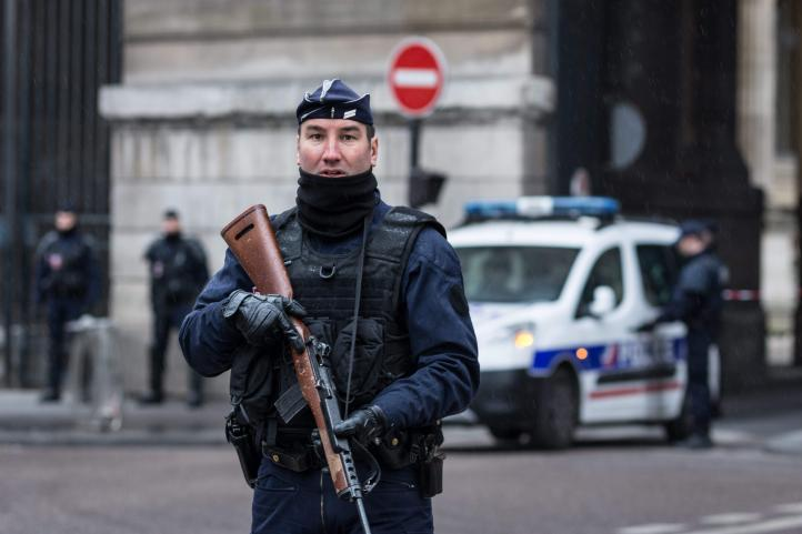 Hombre con machete ataca a militares en la galería del Louvre de París