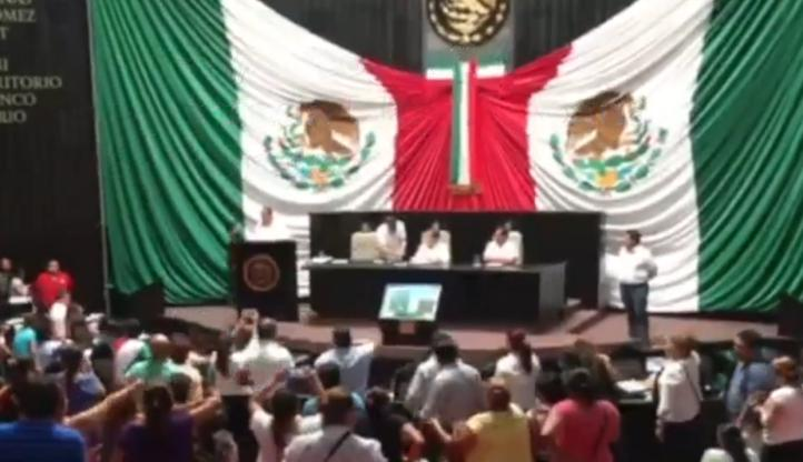 Toman tribuna del Congreso de Quintana Roo