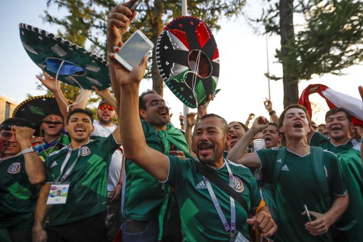 Festejan en un parque de Moscú el triunfo de México sobre Alemania