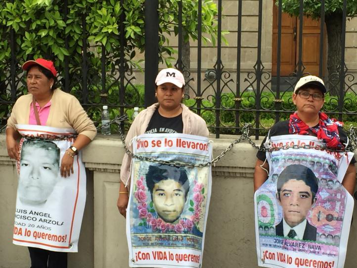 Padres de los 43 se encadenan en Gobernación