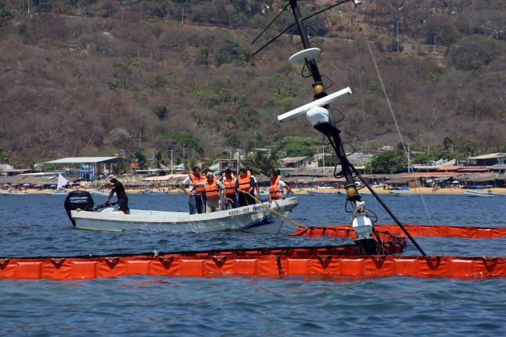 Barco hundido provoca derrame de diesel en Puerto Marqués