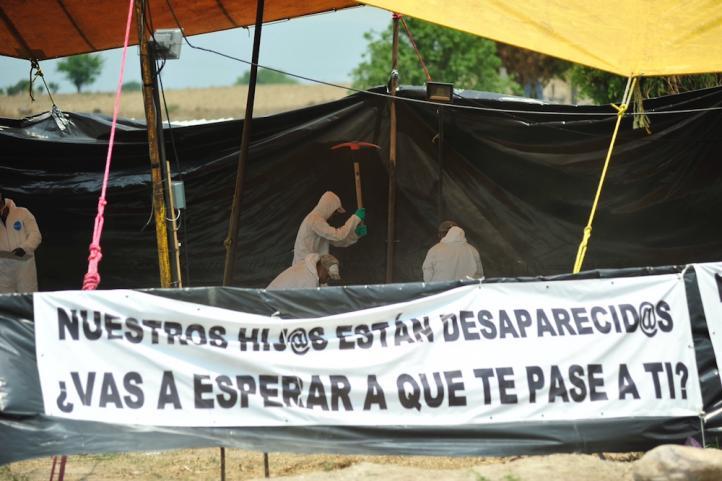 Familiares y activistas acuden a la exhumación en Morelos