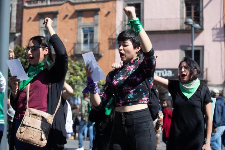 Choca grupo feminista con fieles junto a la Catedral Metropolitana