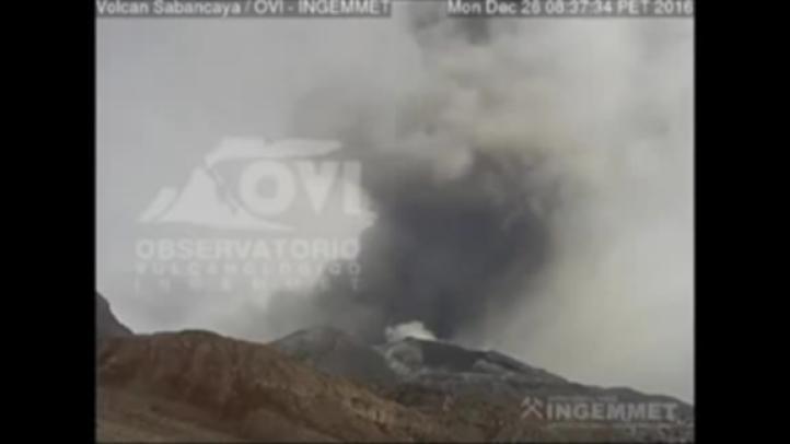 Volcán peruano registra fuerte actividad