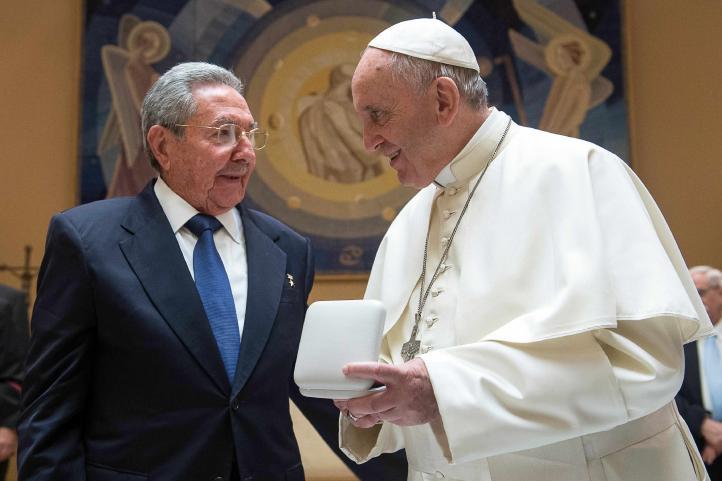 El Papa está haciendo que vuelva a ser católico: Raúl Castro