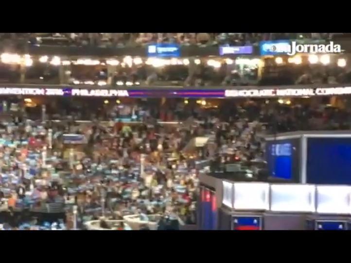 Con una larga ovación reciben a Bernie Sanders en convención demócrata