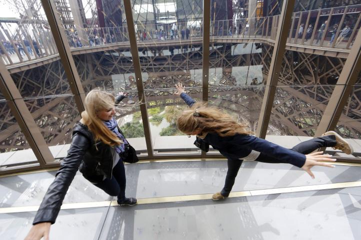 Remodelan la Torre Eiffel con piso de vidrio