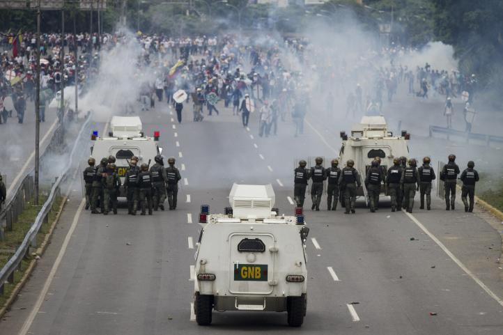 Manifestantes marchan en rechazo a reforma de la constitución, suben a 33 los muertos en Venezuela