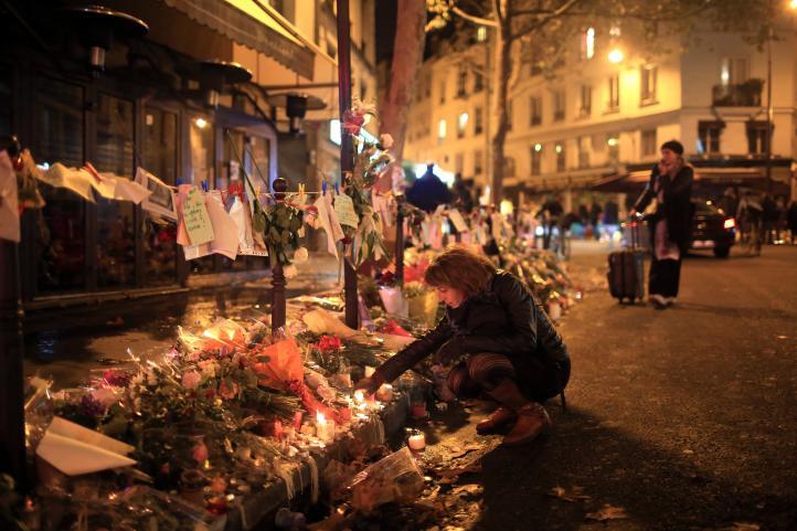Vigilias en París tras una semana de los ataques terroristas